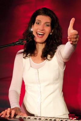 Bild: Frau Höpker bittet zum Gesang - Das Mitsingkonzert!