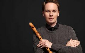 Bild: Simon Borutzki mit Solisten des neuen barockorchester berlin