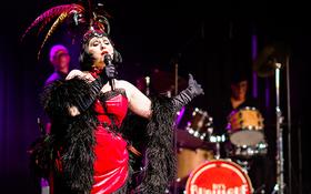 Bild: Let's Burlesque! - Glamour, Verruchtheit und grandios gespielte Musik