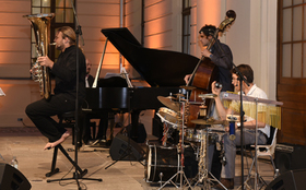 Bild: Tubist v. LaBrassBanda mit Jazzformation