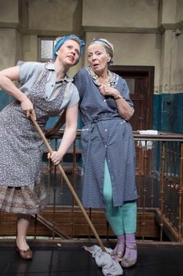 Bild: Tratsch im Treppenhaus - Lustspiel von Jens Exler - mit Heidi Mahler