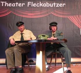 """Bild: Theater Fleckabutzer:  """"I schmeiß mi weg"""" - Comedy am laufenden Band"""