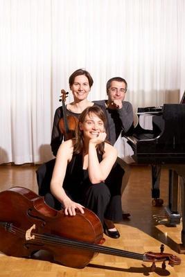 Bild: Bad Saarower Kammermusik Konzerte - Anne Hilse-Heideker (Violoncello), Bettina Van Roosebeke (Violine), Alexander Geladze (Klavier)