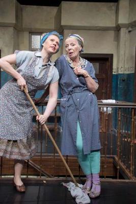 Bild: Ohnsorg-Theater - Tratsch im Treppenhaus