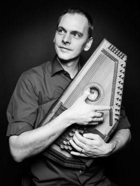 """Alexandre Zindel """"Le Coeur fait Boum!"""" - Akustikkonzert mit Autoharp und Gesang"""