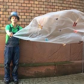 Bild: Der Riese und der Hut - Ein Theaterstück in einfacher Sprache