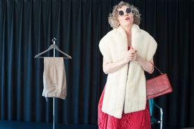 Bild: Das rote Kleid - Ein Stück Mutter