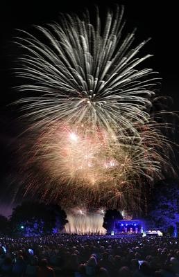Bild: Feuerblumen und Klassik Open Air im Britzer Garten - La Luna - Sonne, Mond und Sterne