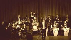 Bild: Das große Polymnia Salonorchester - mit seinem Vokalisten Michael Hanel