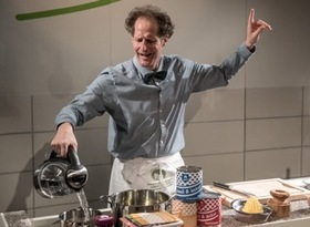 Bild: Wer kocht, schießt nicht - ein Ein-Mann-Stück mit Ulrich Gall