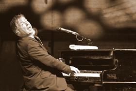 "Bild: DONOVAN ASTON - Ein Abend mit Sir Elton John`s größten Hits ""ONE PIANO - ONE VOICE"""