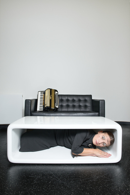 """Bild: Carmela De Feo - mit """"Die Schablone, in der ich wohne"""""""