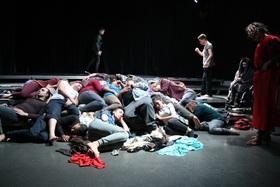 Bild: UPsideDOWN - Tanztheaterstück der Café Babel Produktion