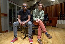 Bild: KEVIN HAYS & LIONEL LOUEKE - Kevin Hays - piano, voc • Lionel Loueke - guit, voc