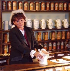 Bild: Kräuterkrimigenuss in der historischen Museumsapotheke