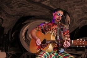 Bild: Dave Mackey - Singen und Spielen ist wie Atmen - Premiere im Kreuzgewölbe Schöngleina