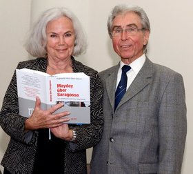 Bild: Kaffeezeit mit Heinz-Dieter Kallbach (Fliegerlegende) und Renate Geißler (Schauspielerin)