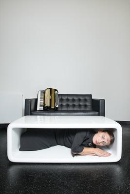 Bild: Carmela De Feo - Die Schablone, in der ich wohne