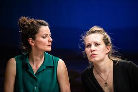 Bild: Gespräch wegen der Kürbisse - Landestheater Coburg