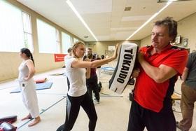 Bild: Selbstverteidigungskurs für Frauen und Mädchen ab 12 Jahren - Exklusiv für maxxy Kunden!