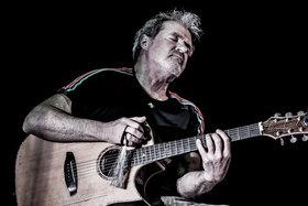 Bild: Dieter Bornschlegel - Der ungekrönte König der Horizontalen Gitarre