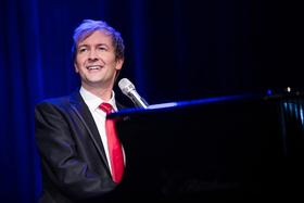 Bild: Alex Parker singt und spielt Udo Jürgens