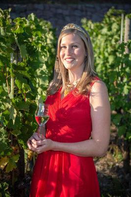 Bild: Hoheitlich -Kulinarische Weinwanderung mit 6 Weinproben - Die sächsische Weinkönigin lädt ein