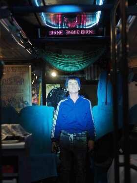 Bild: Der Junge im Bus