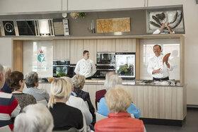 Bild: Traditionelle Kochshow - mit einem kalt-warmen Fischbuffet im Anschluss.