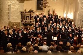 Bild: Gemischter Chor Hittfeld mit vier Solisten, Orgel und Klavier