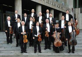 Bild: Franz Liszt Kammerorchester - Solistin: Moné Hattori, Violine; Konzertmeister: Péter Tfirst