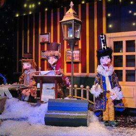 Bild: Das Charles Dickens Weihnachtsmärchen - Weihnachtliches Marionettenspiel mit Musik, frei nach Motiven von Charles Dickens.