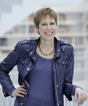 """Bild: Elisabeth Kabatek - präsentiert """"Schätzle allein zu Haus"""" – Musikalische Begleitung: Susanne Schempp"""