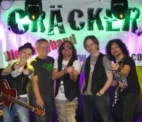 Bild: Faschingsgaudi mit der Partyband Cräcker - und mit Showeinlage der Hasengarde