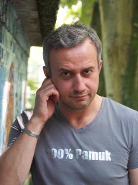 """Bild: Kerim Pamuk liest aus """"Kiffen, Kaffee und Kajal"""""""