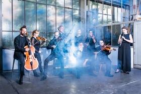 Bild: Orchester im Treppenhaus: Familien-Hygge - Das magische Orchester
