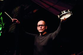 Bild: Team-Drumming mit Helge Rosenbaum