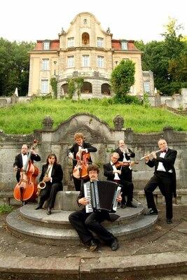 Bild: Kaffeekonzert: Orchestersalon - Gartenkonzert mit Wiener Kaffeehausmusik