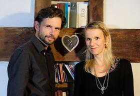 """Bild: STEFANIE HAKVOORT & RALPH ERDENBERGER - """"Auf welche Saite sind wir gespannt?"""""""