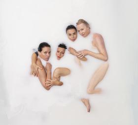 Bild: Alte Mädchen - Macht - Premiere