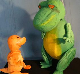 Bild: Wie man einen Dino besiegt - Wodoo Puppenspiel