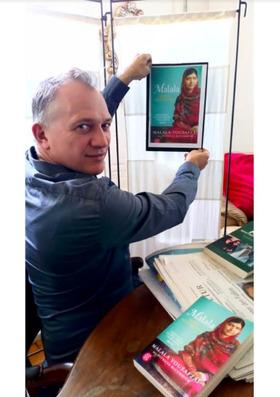 """Bild: """"Malala - Mädchen mit Buch"""" - von Nick Wood"""