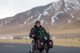 Bild: CHINA - Mit dem Rollstuhl von Shanghai nach Tibet