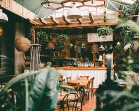 Bild: Gespräch im Café: Nachhaltige Gastronomie