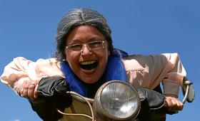 Bild: Oma fährt im Hühnerstall Motorrad - Kabarett im Kino mit Ellen Schaller