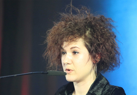 Bild: Kinga Tóth: Unter Wasser singen - Performance