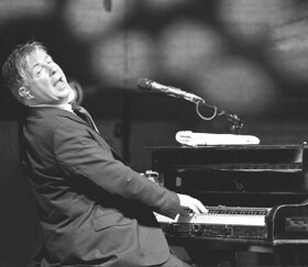 Bild: Kultur im Freien - Donovan Aston spielt Elton John´s Hits (17 Uhr Zusatzshow)