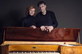 Bild: Klavier zu vier Händen