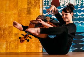Bild: Gastspiel: wenn das cello katze spielt