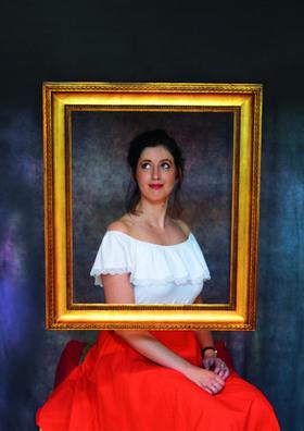 Bild: Claudia Pichler - Eine Frau sieht weißblau